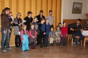 Kinder singen zur Weihnachtsfeier