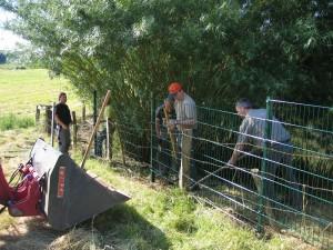 Viele Helfer beim Zaunbau